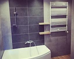 Szarość plus drewno w łazience - Mała niebieska łazienka na poddaszu w bloku w domu jednorodzinnym bez okna - zdjęcie od MB Michał Brodowski