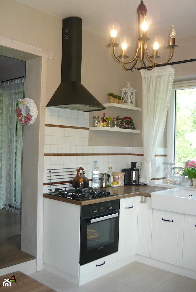 kuchnia prowansalska - Mała zamknięta biała szara kuchnia w kształcie litery l z oknem, styl prowansalski - zdjęcie od GabArch STUDIO Gabriela Suter