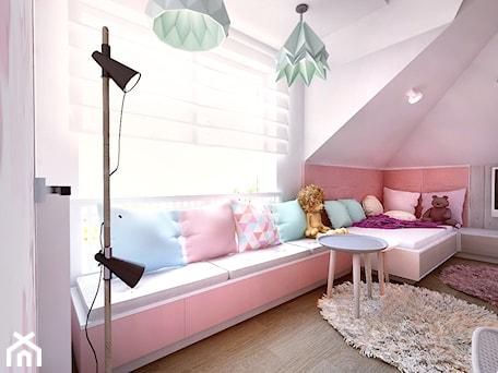 Aranżacje wnętrz - Pokój dziecka: Pokój dziewczynki na poddaszu - Średni różowy pokój dziecka dla dziewczynki dla ucznia dla malucha dla nastolatka, styl tradycyjny - BIBI. Przeglądaj, dodawaj i zapisuj najlepsze zdjęcia, pomysły i inspiracje designerskie. W bazie mamy już prawie milion fotografii!