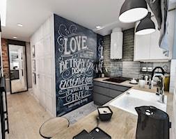 Projekt mieszkania w Łodzi 65 m2 - Średnia zamknięta biała szara czarna kuchnia w kształcie litery u, styl skandynawski - zdjęcie od BIBI
