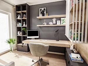 PROJEKT MIESZKANIA / Wersja ciemna - ŁÓDŹ 2019 - Średnie szare białe biuro domowe kącik do pracy w pokoju, styl vintage - zdjęcie od BIBI