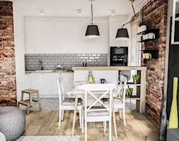 PROJEKT MIESZKANIA 50 m2- Łódź 2018 - Średnia szara brązowa kuchnia w kształcie litery l w aneksie z wyspą z oknem, styl skandynawski - zdjęcie od BIBI