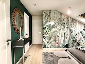 Projekt wnętrza domu pod Sewillą - Średnia biała szara zielona sypialnia małżeńska na poddaszu - zdjęcie od BIBI