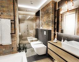 PROJEKT ŁAZIENKI - Tyrol 2018 - Duża beżowa czarna łazienka w domu jednorodzinnym z oknem, styl skandynawski - zdjęcie od BIBI