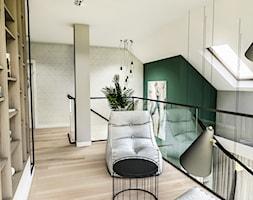 Projekt wnętrza domu pod Sewillą - Duży szary zielony hol / przedpokój - zdjęcie od BIBI