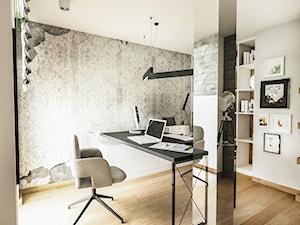 PROJEKT DOMU JEDNORODZINNEGO - GDAŃSK 2018r. - Średnie beżowe szare biuro domowe kącik do pracy w pokoju, styl vintage - zdjęcie od BIBI
