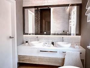 Łazienka w apartamencie w górach 2015 - Średnia biała szara łazienka w bloku w domu jednorodzinnym z oknem, styl eklektyczny - zdjęcie od BIBI