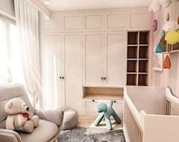 Projekt Mieszkania W-wa 2019 - Mały szary różowy pokój dziecka dla chłopca dla dziewczynki dla niemowlaka - zdjęcie od BIBI