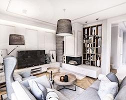 PROJEKT WNĘTRZ DOMU POD WARSZAWĄ 2018 - Średni biały salon z bibiloteczką, styl eklektyczny - zdjęcie od BIBI