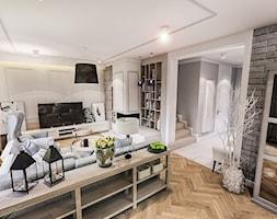 PROJEKT WNĘTRZ DOMU POD WARSZAWĄ 2018 - Średni szary biały salon z bibiloteczką z kuchnią - zdjęcie od BIBI