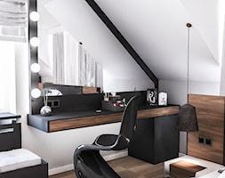 PROJEKT SYPIALNI NA PODDASZU - Mała biała czarna sypialnia małżeńska na poddaszu, styl nowoczesny - zdjęcie od BIBI