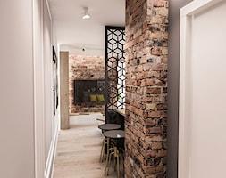 Projekt mieszkania 60 m2 w Gdańsku - Mały beżowy szary hol / przedpokój, styl industrialny - zdjęcie od BIBI