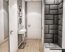 Projekt Mieszkania W-wa 2019 - Średni biały szary hol / przedpokój - zdjęcie od BIBI - Homebook