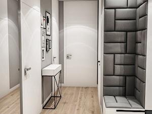 Projekt Mieszkania W-wa 2019 - Średni biały szary hol / przedpokój - zdjęcie od BIBI