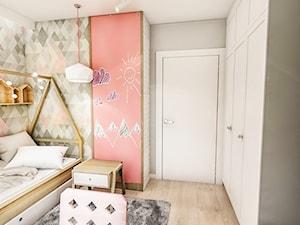 Projekt mieszkania - Gdańsk 2019 r. - Mały biały szary pastelowy różowy pokój dziecka dla dziewczynki dla malucha, styl vintage - zdjęcie od BIBI