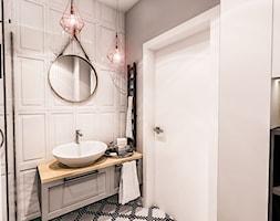 PROJEKT MAŁEJ ŁAZIENKI w Kamienicy - Wawa - Średnia beżowa szara łazienka w bloku w domu jednorodzin ... - zdjęcie od BIBI - Homebook