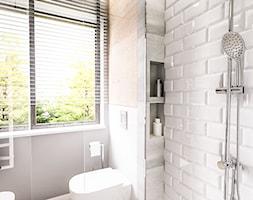 PROJEKT MIESZKANIA - LDZ 2017 - Mała biała szara łazienka w bloku w domu jednorodzinnym z oknem, styl skandynawski - zdjęcie od BIBI