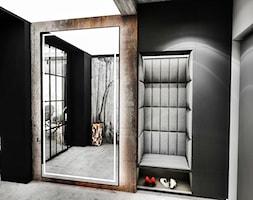 PROJEKT DOMU -PABIANICE 2018 - Średni czarny szary hol / przedpokój, styl industrialny - zdjęcie od BIBI