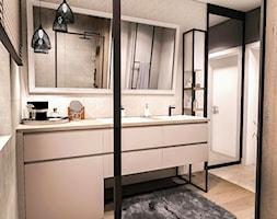 PROJEKT WNĘTRZA DOMU -ŁÓDŹ 2019 - Średnia szara łazienka w bloku w domu jednorodzinnym z oknem - zdjęcie od BIBI