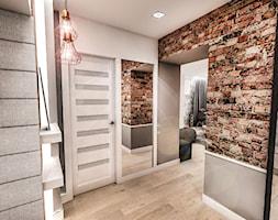 Projekt mieszkania w Łodzi 65 m2 - Mały biały brązowy hol / przedpokój - zdjęcie od BIBI