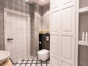 PROJEKT MAŁEJ ŁAZIENKI w Kamienicy - Wawa - Średnia biała szara łazienka w bloku w domu jednorodzinnym bez okna, styl art deco - zdjęcie od BIBI