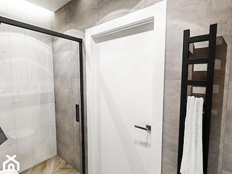 Aranżacje wnętrz - Łazienka: ŁAZIENKA MAŁA - WROCŁAW 2019 - Średnia biała szara łazienka bez okna, styl vintage - BIBI. Przeglądaj, dodawaj i zapisuj najlepsze zdjęcia, pomysły i inspiracje designerskie. W bazie mamy już prawie milion fotografii!