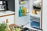 lodówka w białej kuchni electrolux