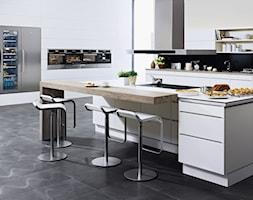 Kuchnia - Duża otwarta biała czarna kuchnia dwurzędowa w aneksie z wyspą, styl nowoczesny - zdjęcie od Electrolux