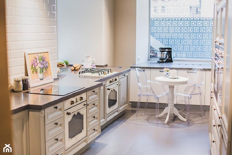 Kuchnia - Mała wąska beżowa kuchnia dwurzędowa z oknem, styl vintage - zdjęcie od Electrolux