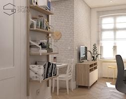 Niewielkie mieszkania na wynajem - Mały biały salon z bibiloteczką, styl skandynawski - zdjęcie od Stojak Studio