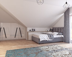 Pokój dla nastolatki - Duża biała szara sypialnia małżeńska na poddaszu, styl skandynawski - zdjęcie od APP TRENDY Autorska Pracownia Projektowa