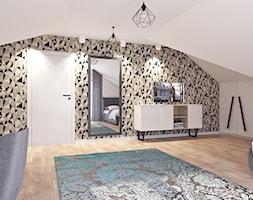Pokój dla nastolatki - Duża beżowa sypialnia małżeńska na poddaszu, styl rustykalny - zdjęcie od APP TRENDY Autorska Pracownia Projektowa
