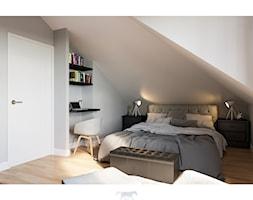 Dom 160 - Średnia biała szara sypialnia małżeńska na poddaszu, styl klasyczny - zdjęcie od BLUETARPAN