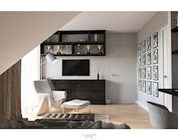 Dom 160 - Średnia beżowa szara sypialnia małżeńska na poddaszu z balkonem / tarasem, styl klasyczny - zdjęcie od BLUETARPAN