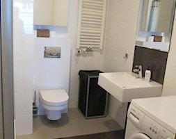 metamorfoza mieszkania - 15 dni za 15 tys złotych. - Mała biała beżowa szara łazienka w bloku bez okna - zdjęcie od home2sell