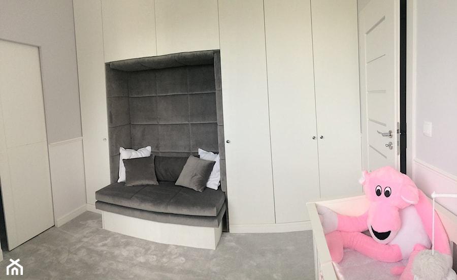 metamorfoza - pokój malutkiej Tośki. - Średni biały szary pokój dziecka dla chłopca dla dziewczynki dla niemowlaka - zdjęcie od home2sell