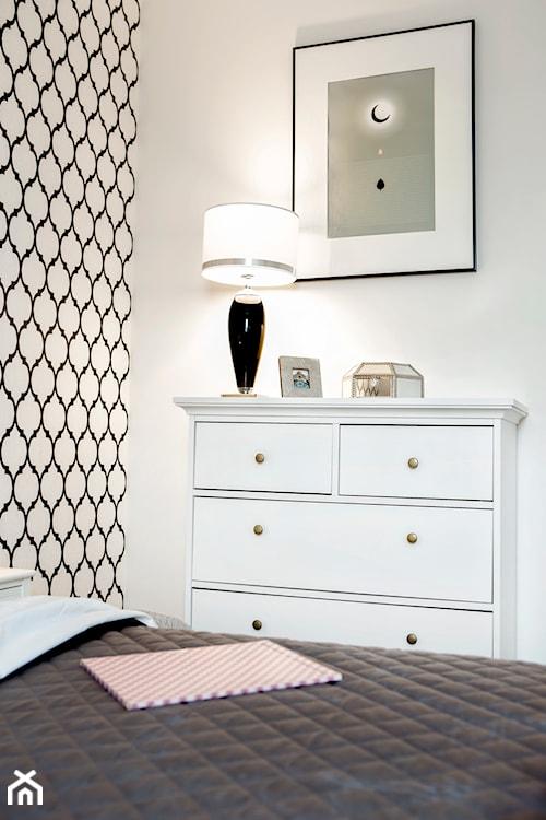 Komoda w białej sypialni
