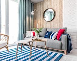 Apartament w Rewalu - Mały biały brązowy salon - zdjęcie od STRAŻYŃSKI STUDIO