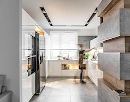 Kuchnia w Warszawie - Duża otwarta biała szara kuchnia w kształcie litery u z oknem - zdjęcie od STRAŻYŃSKI STUDIO - Homebook