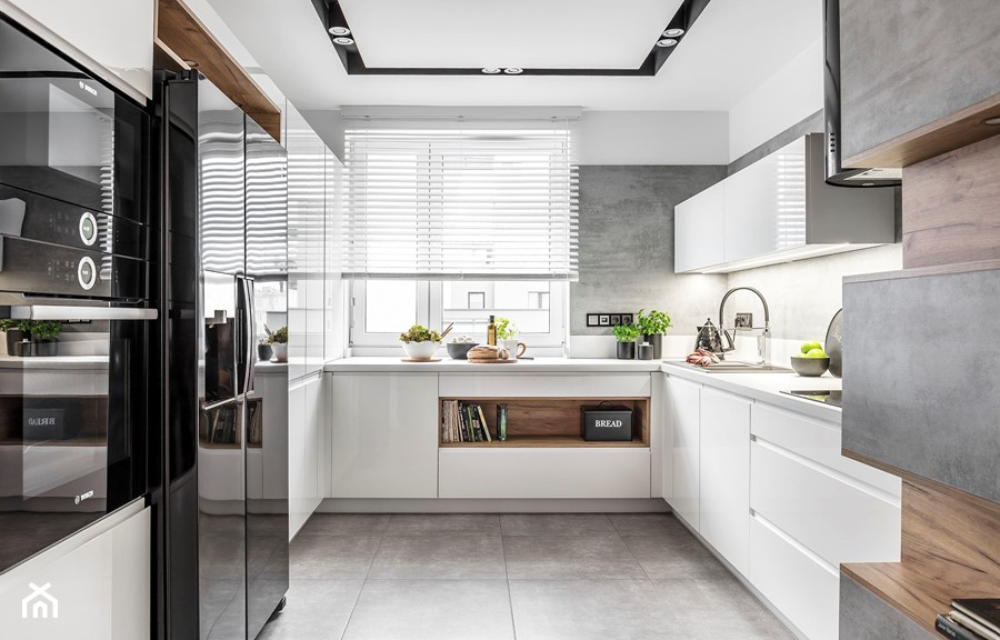 Kuchnia w Warszawie - Duża zamknięta biała szara kuchnia w kształcie litery u w aneksie z oknem - zdjęcie od STRAŻYŃSKI STUDIO