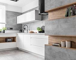 Kuchnia w Warszawie - Średnia otwarta biała szara kuchnia w kształcie litery l z oknem - zdjęcie od STRAŻYŃSKI STUDIO - Homebook