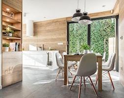 Kuchnia w Legnicy - Średnia otwarta beżowa jadalnia w kuchni - zdjęcie od STRAŻYŃSKI STUDIO