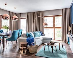 Apartament nad morzem - Mały szary niebieski salon z jadalnią - zdjęcie od STRAŻYŃSKI STUDIO - Homebook