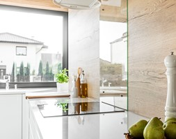 Kuchnia w Legnicy - Mała zamknięta kuchnia w kształcie litery l z oknem - zdjęcie od STRAŻYŃSKI STUDIO - Homebook