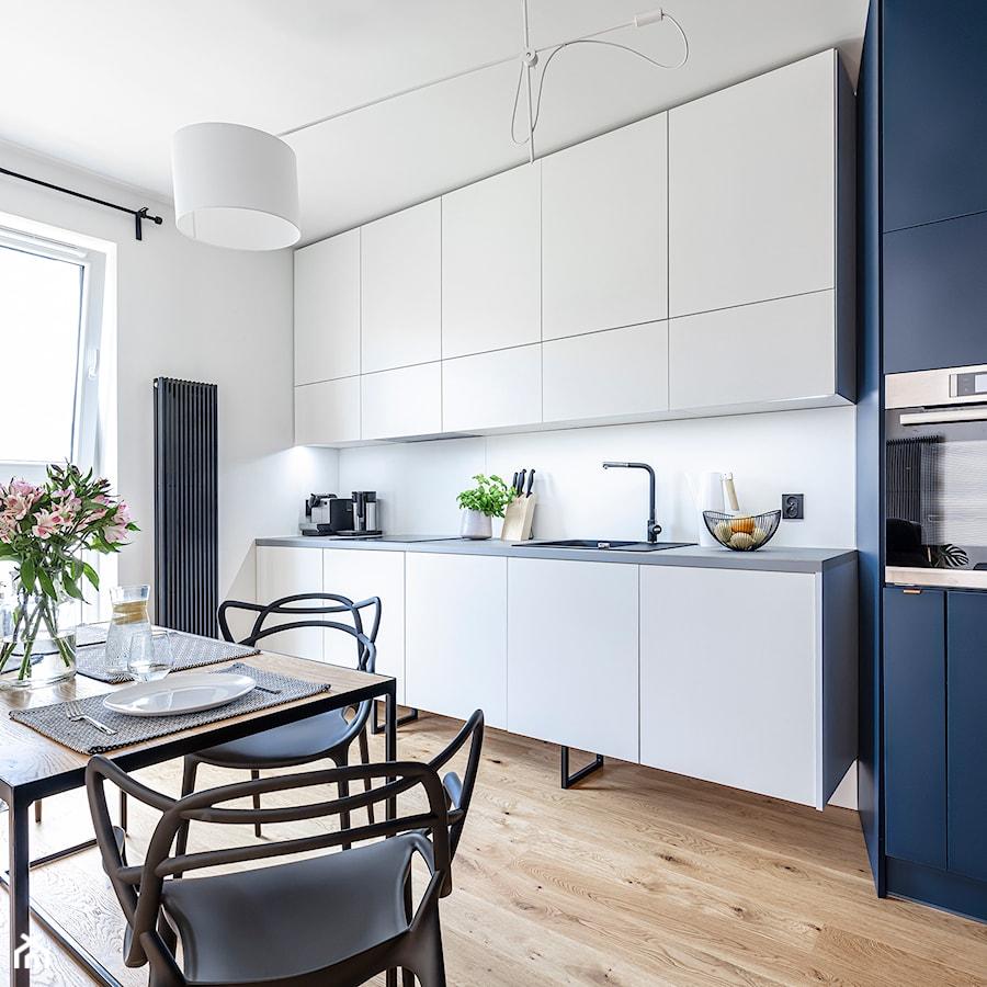 Mieszkanie w Poznaniu 4 - Średnia otwarta biała kuchnia jednorzędowa z oknem - zdjęcie od STRAŻYŃSKI STUDIO