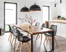 Dom pod Poznaniem - Średnia otwarta biała jadalnia jako osobne pomieszczenie - zdjęcie od STRAŻYŃSKI STUDIO - Homebook