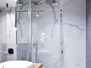 MIESZKANIE PASTELOWE - Średnia biała szara łazienka bez okna, styl nowoczesny - zdjęcie od Belleville home & living