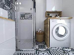 Łazienka w bloku - Mała biała czarna łazienka w bloku w domu jednorodzinnym bez okna, styl skandynawski - zdjęcie od IN DESIGN STUDIO
