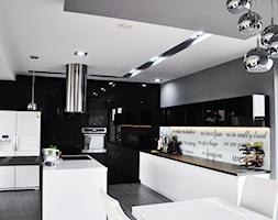 Czarno Biało Szara Kuchnia I Dużo Połysku Zdjęcie Od Am