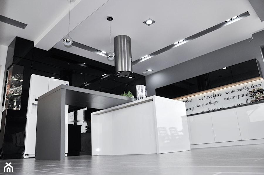 czarno biało szara kuchnia i dużo połysku  zdjęcie od Am Design Studio proje